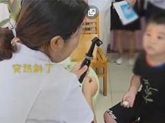 9歲男孩因長期玩手機變斗雞眼